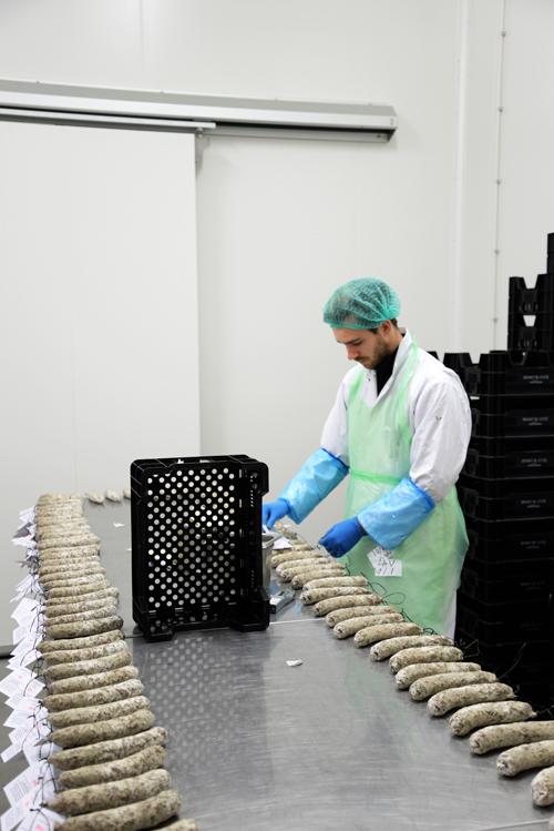 het labelen van de worstjes, Brandt & Levie, Foto: Merel Kamp