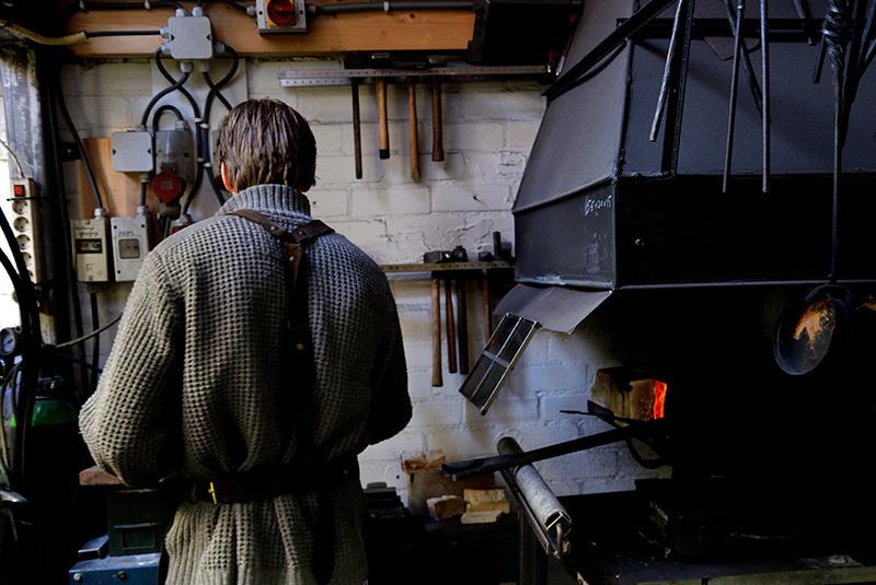 Johan van Zanten smid in zijn werkplaats