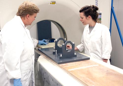 Maaike Roozenburg rechts, kopje in CT scanner