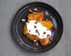 Gegrilde nectarines met yoghurt en amandelen potaatoo